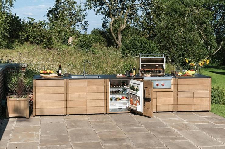 The Gaze Burvill Outdoor Linear Kitchen:  Garden  by Gaze Burvill
