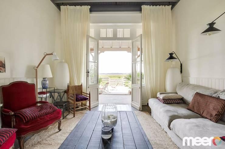 Salas de estar mediterrânicas por MEERO