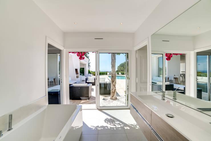 Casas de banho minimalistas por MEERO