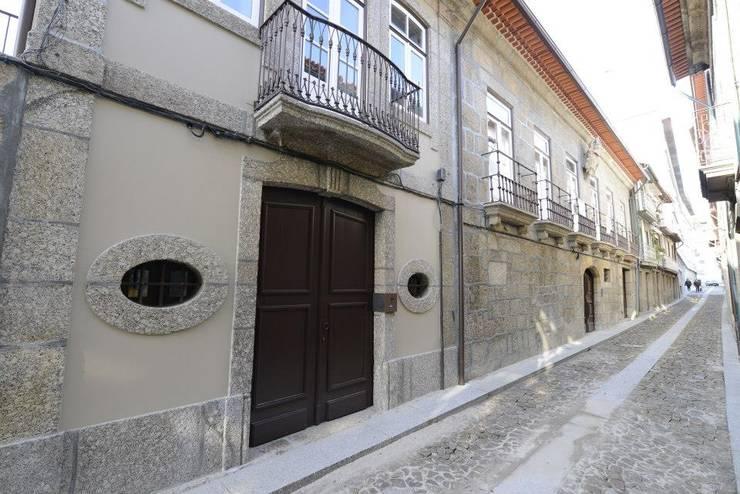 Reabilitação do Património Arquitectónico - Casa dos Araújo e Abreu - Centro Histórico de Guimarães: Casas  por Atelier fernando alves arquitecto l.da