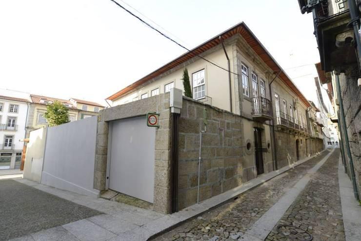 Reabilitação do Património Arquitectónico – Casa dos Araújo e Abreu – Centro Histórico de Guimarães: Casas  por Atelier fernando alves arquitecto l.da