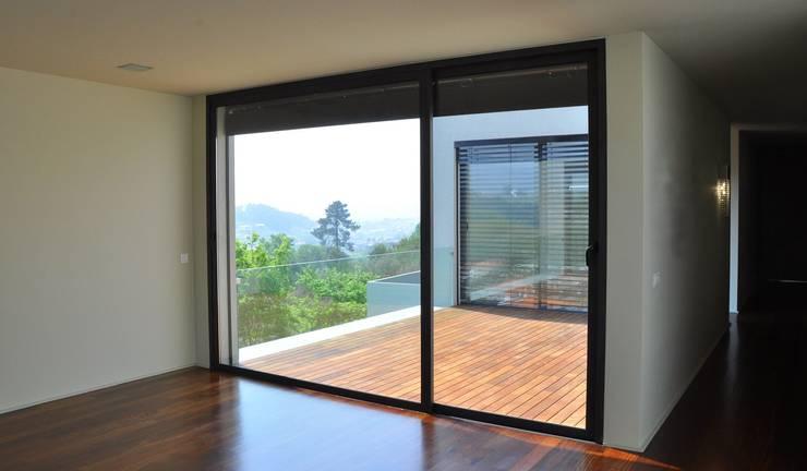 Moradia Unifamiliar: Salas de estar  por Atelier fernando alves arquitecto l.da