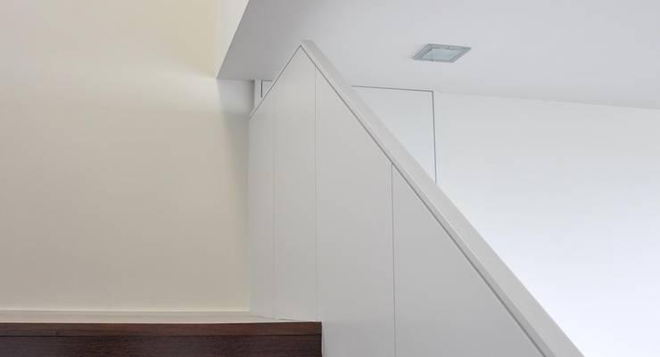 Moradia Unifamiliar: Corredores e halls de entrada  por Atelier fernando alves arquitecto l.da
