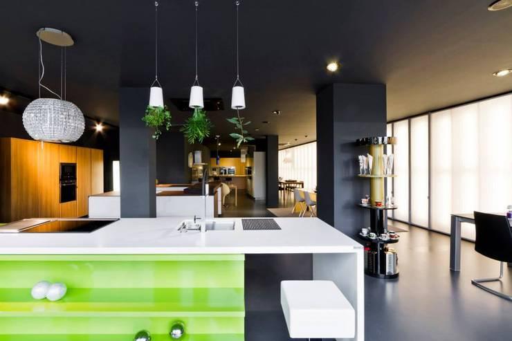 Showroom DL COZINHAS: Escritórios e Espaços de trabalho  por Atelier fernando alves arquitecto l.da