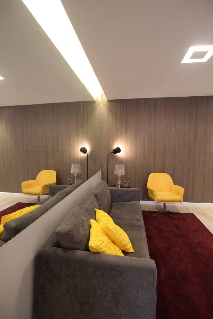 モダンデザインの リビング の Pricila Dalzochio Arquitetura e Interiores モダン