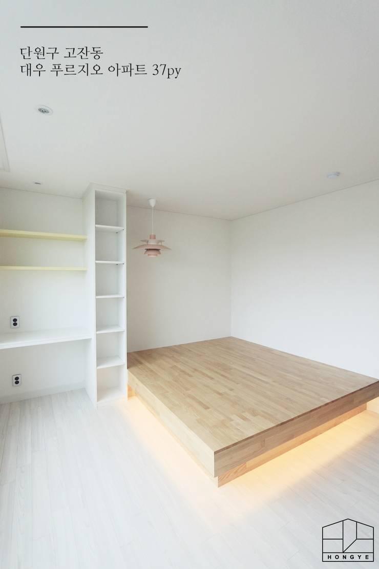 [프렌치 모던 느낌의 아파트 인테리어 37py]: 홍예디자인의  침실