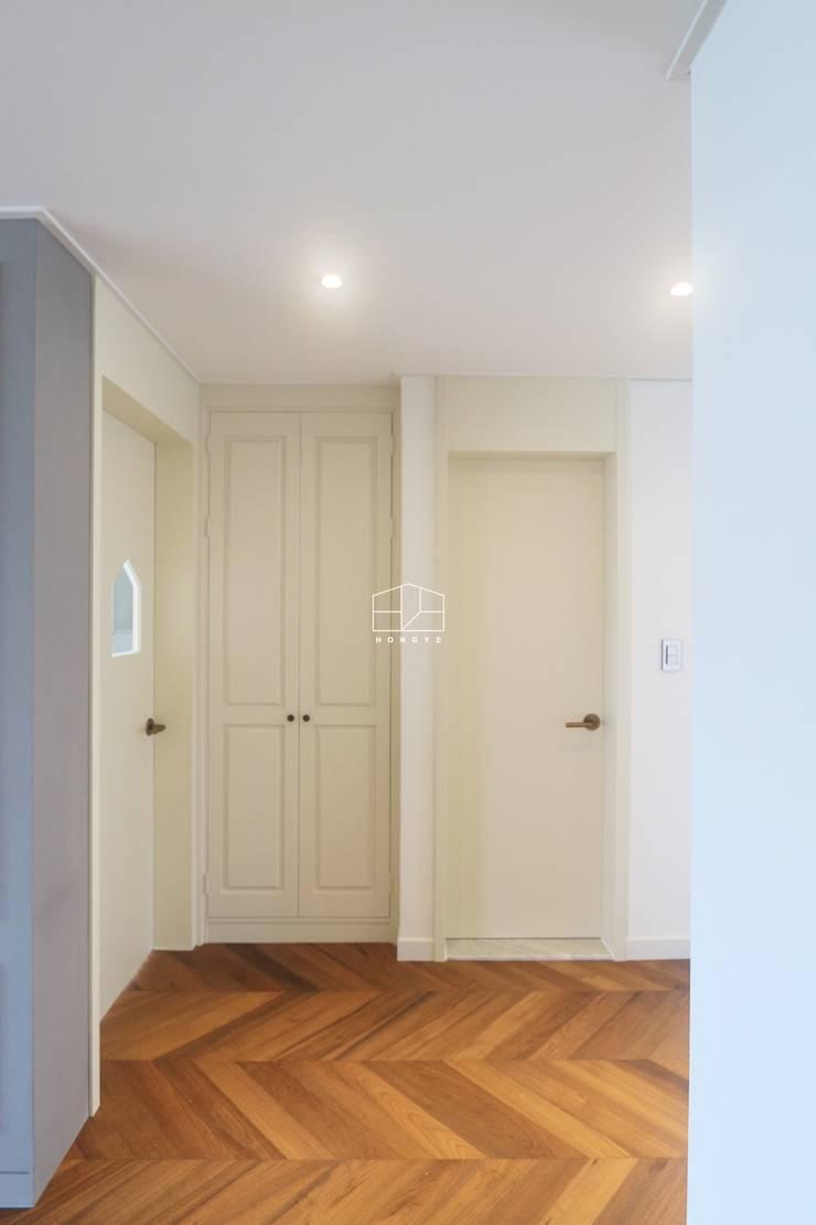 [프렌치 모던 느낌의 아파트 인테리어 37py]: 홍예디자인의  창문