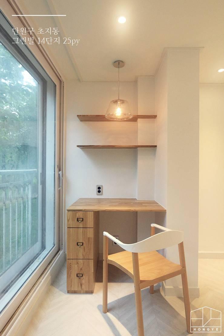 화이트톤의 밝고 편안한 아파트 인테리어 25py: 홍예디자인의  서재 & 사무실,미니멀