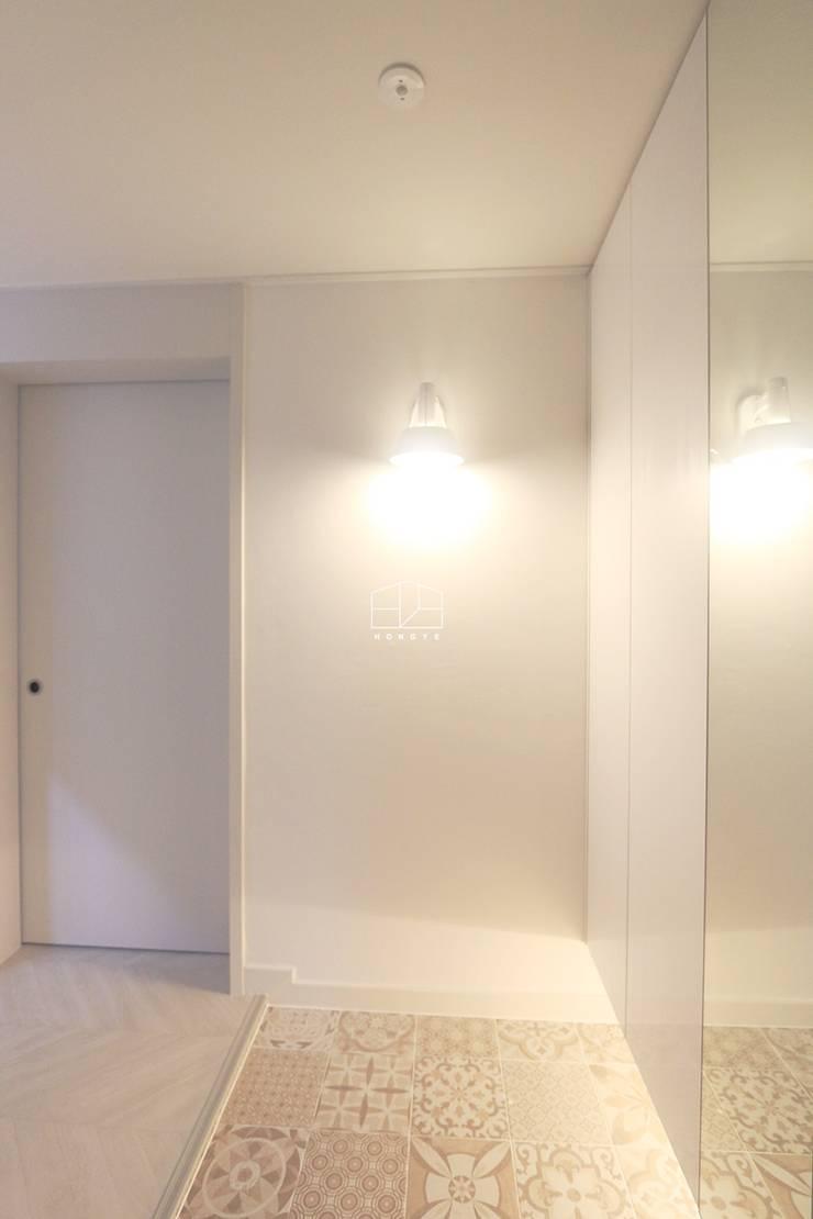 화이트톤의 밝고 편안한 아파트 인테리어 25py: 홍예디자인의  복도 & 현관,미니멀
