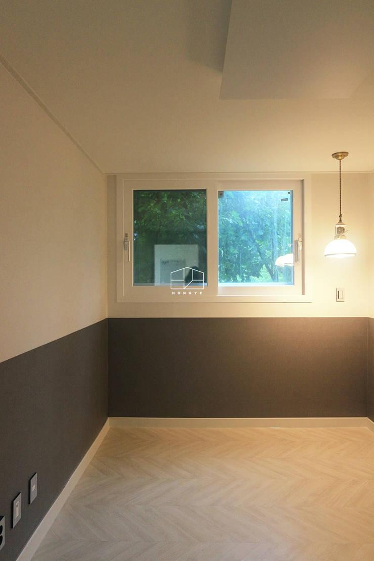 화이트톤의 밝고 편안한 아파트 인테리어 25py: 홍예디자인의  침실,미니멀