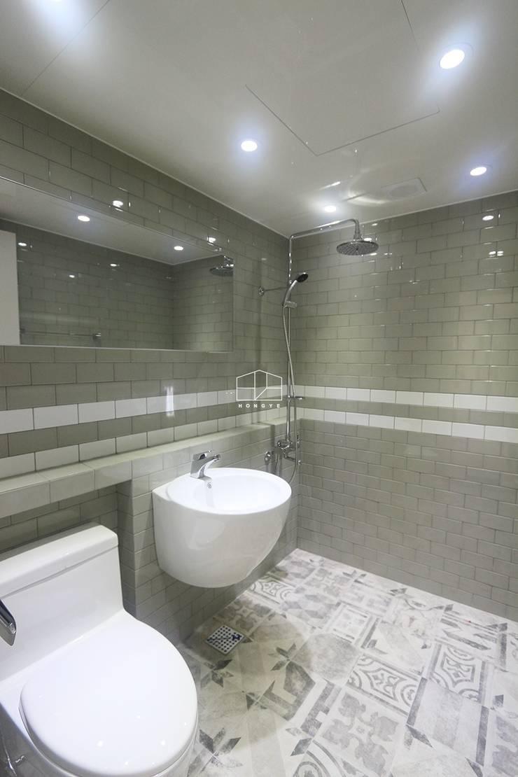 화이트톤의 밝고 편안한 아파트 인테리어 25py: 홍예디자인의  욕실,미니멀