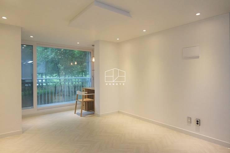 화이트톤의 밝고 편안한 아파트 인테리어 25py: 홍예디자인의  거실,미니멀
