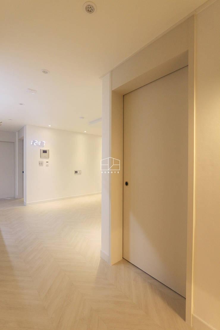 화이트톤의 밝고 편안한 아파트 인테리어 25py: 홍예디자인의  창문,미니멀