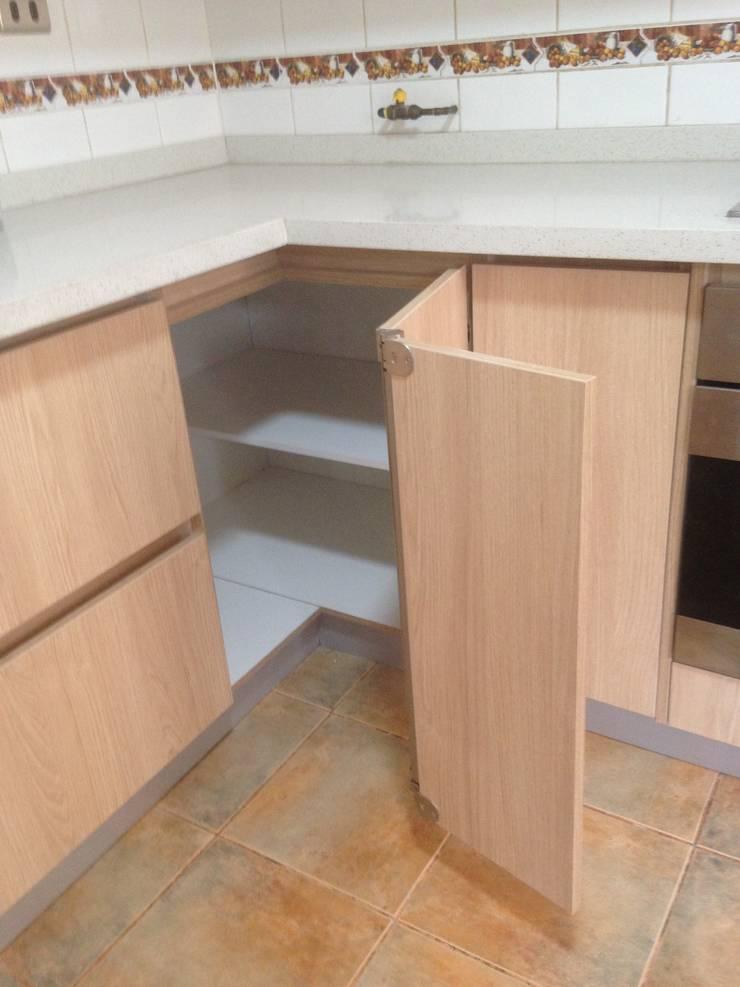 carvallo (cocina moderna): Cocinas de estilo  por N.Muebles Diseños Limitada