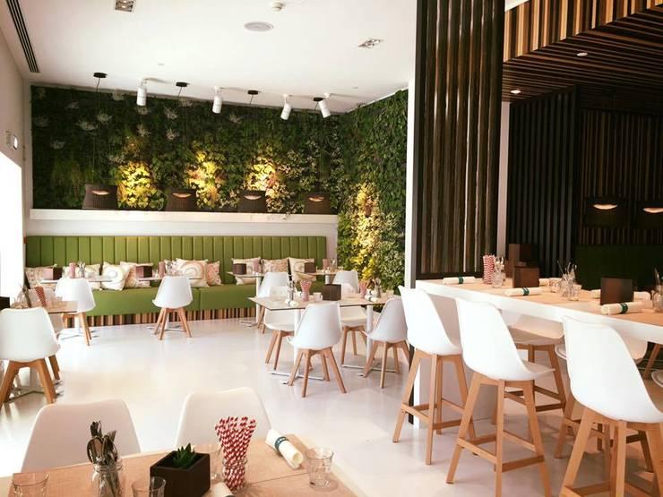 Pine Cliffs Restaurante ZEST: Paisagismo de interior  por ECOSSISTEMAS; Áreas Verdes e Sistemas de Rega.