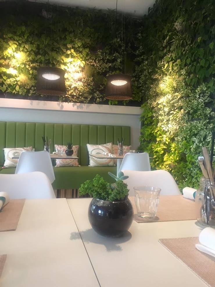 Pine Cliffs Restaurante ZEST: Adega  por ECOSSISTEMAS; Áreas Verdes e Sistemas de Rega.