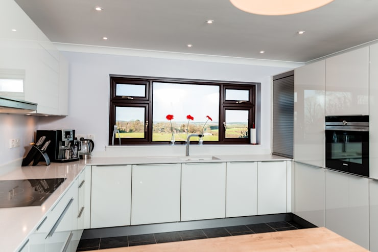 Nobilia Project 3 Vetra flat fronted door in white glass with stainless steel bar handle: modern Kitchen by Eco German Kitchens