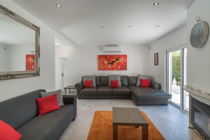Vale do Lobo V3: Salas de estar clássicas por Zenaida Lima Fotografia