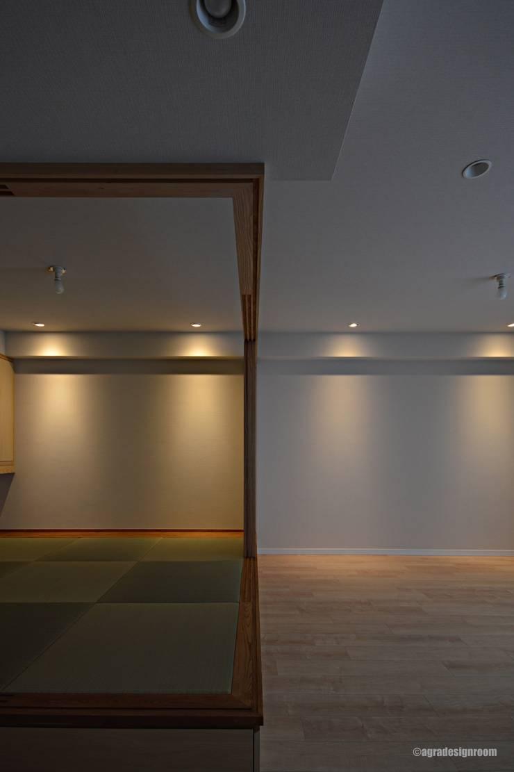 部屋の中に、シンプルな和のスペース(El espacio del estilo japonés simple se hace en un cuarto.): アグラ設計室一級建築士事務所 agra design roomが手掛けたリビングです。