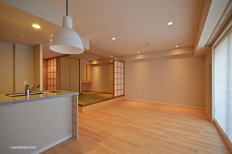 洋室と上手く共存し、和モダンの空間をつくる(Coexisto bien con un cuarto del estilo occidental y hace el espacio estilo japonés.): アグラ設計室一級建築士事務所 agra design roomが手掛けたリビングです。