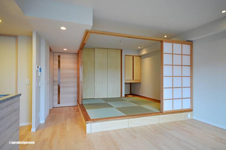 程よく明るい落ち着きの場所(Hay calma alegremente moderadamente.): アグラ設計室一級建築士事務所 agra design roomが手掛けたリビングです。