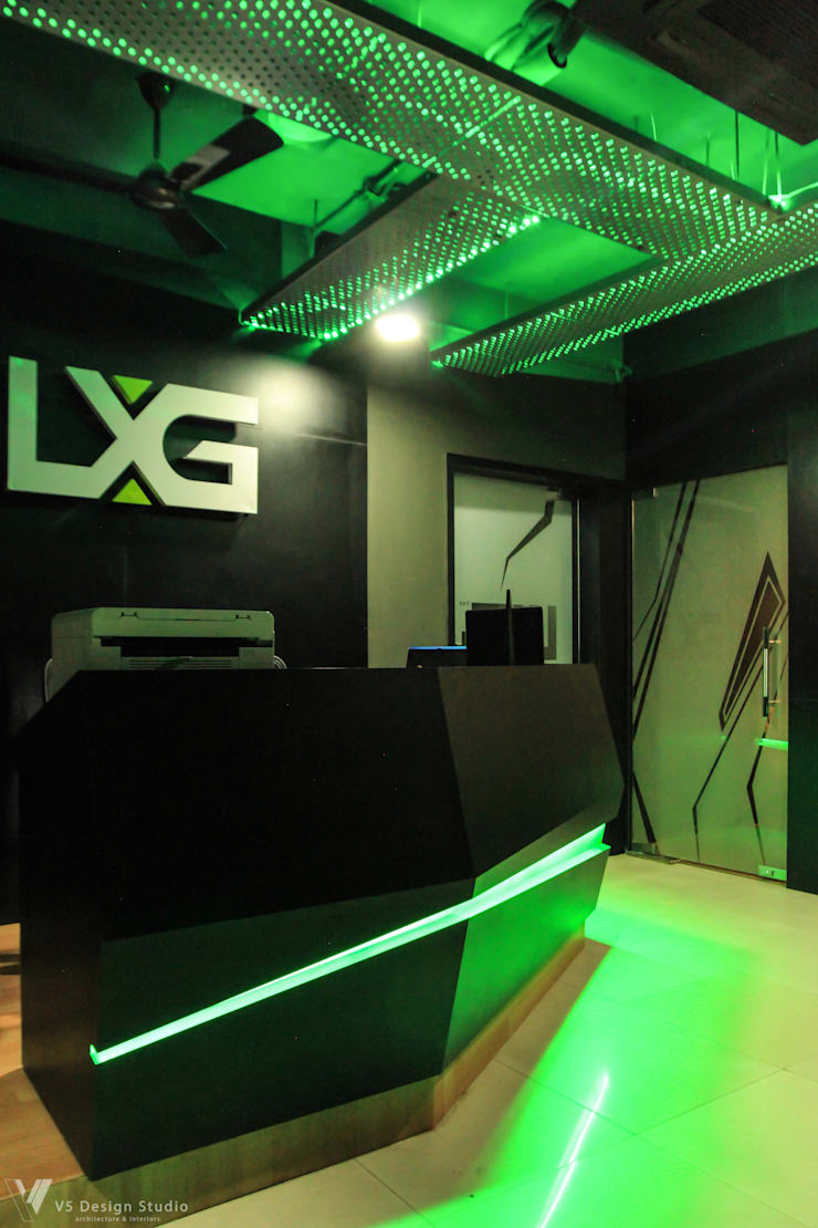 LXG—Gaming Arena:  Commercial Spaces by V5 Design Studio,Rustic Plywood