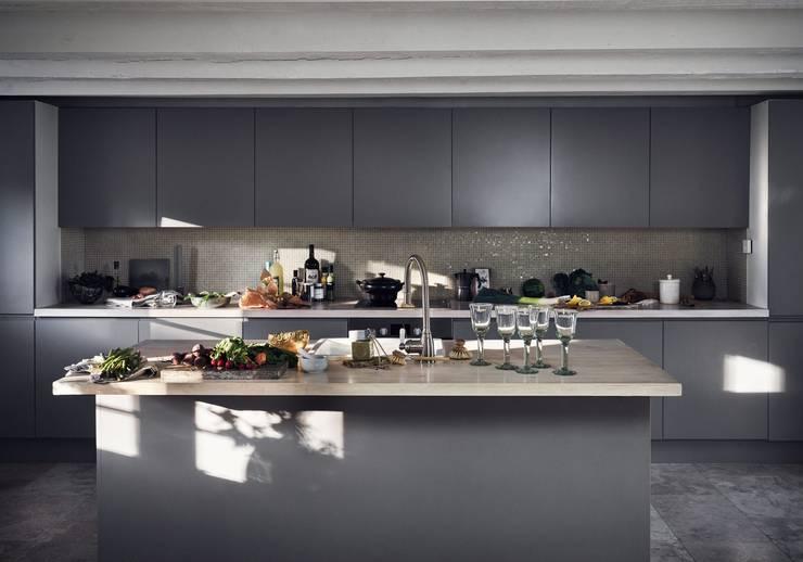 Il fascino dello stile nordico in una villa del '700: Cucina in stile in stile Moderno di Design for Love