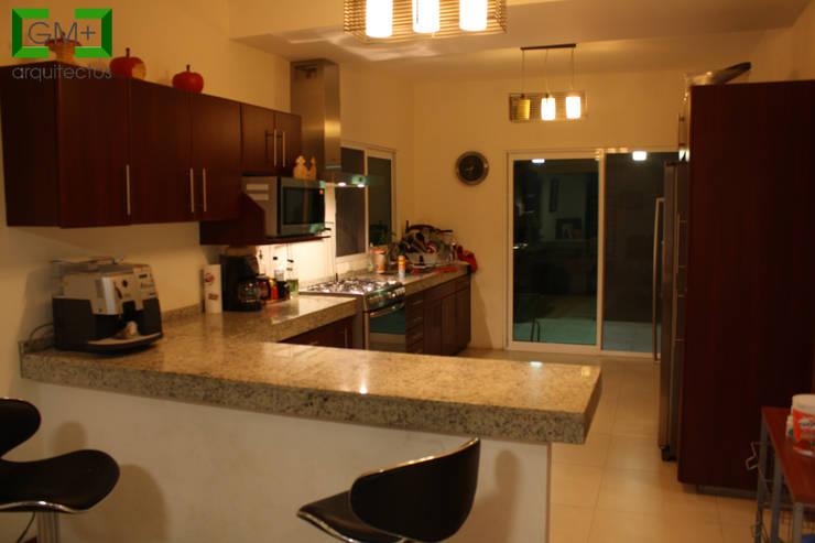 """Residencia """"RM-07"""": Cocinas de estilo  por [GM+] Arquitectos"""