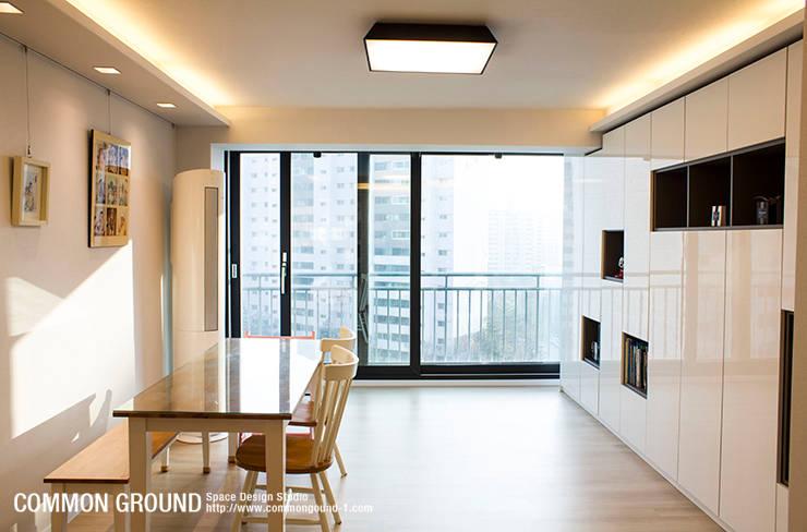 노원 28평형 아파트 인테리어: 커먼그라운드의  거실