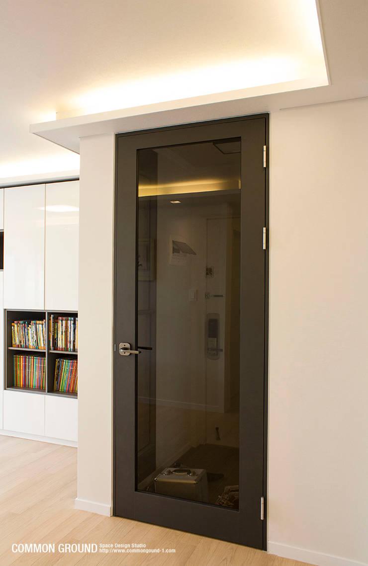 노원 28평형 아파트 인테리어: 커먼그라운드의  복도 & 현관