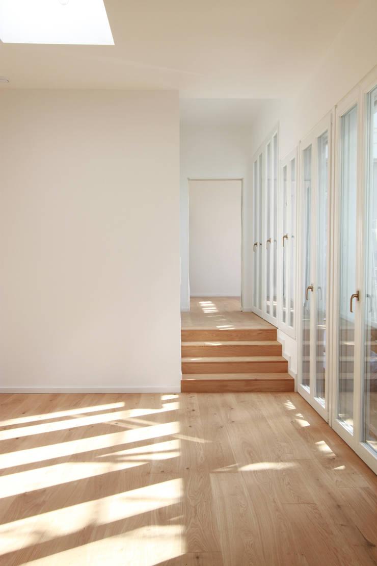 new attic apartment:  Corridor & hallway by brandt+simon architekten