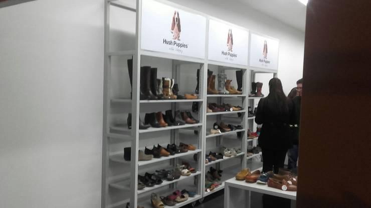 D HOUSE FLORESTA: Oficinas y Tiendas de estilo  por La Carpinteria - Mobiliario Comercial