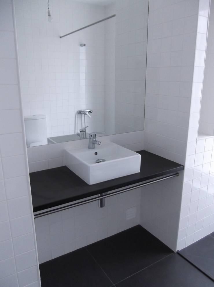 Quarto de Banho:   por A3 Ateliê Academia de Arquitectura