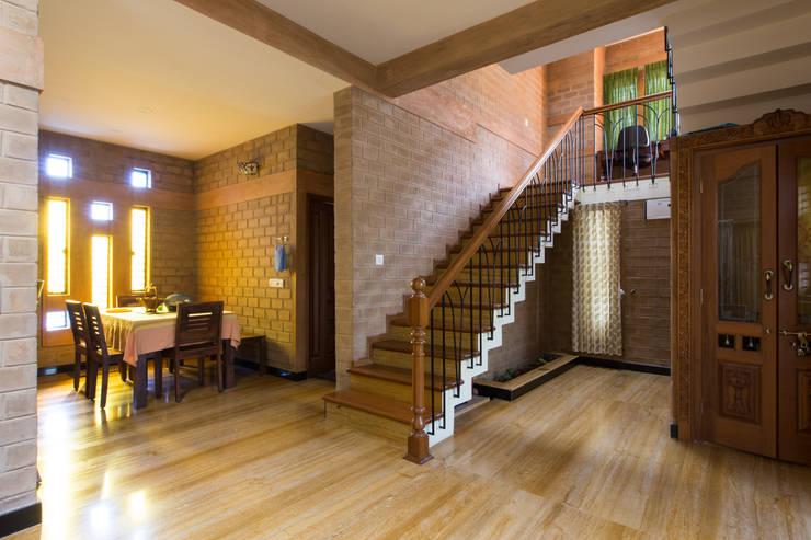 Pasillos y vestíbulos de estilo  por A3 Ateliê Academia de Arquitectura