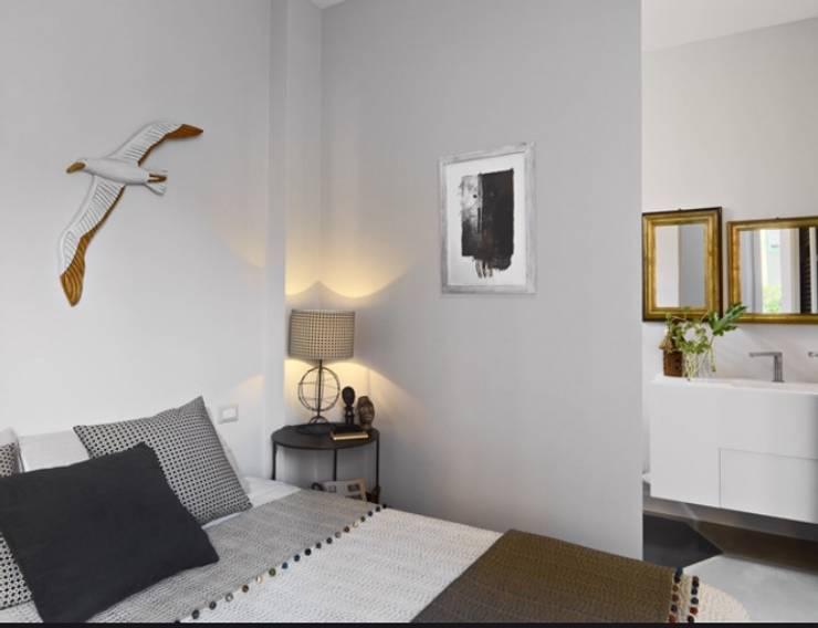 camera da letto al amre: Camera da letto in stile  di architettotorregrossa