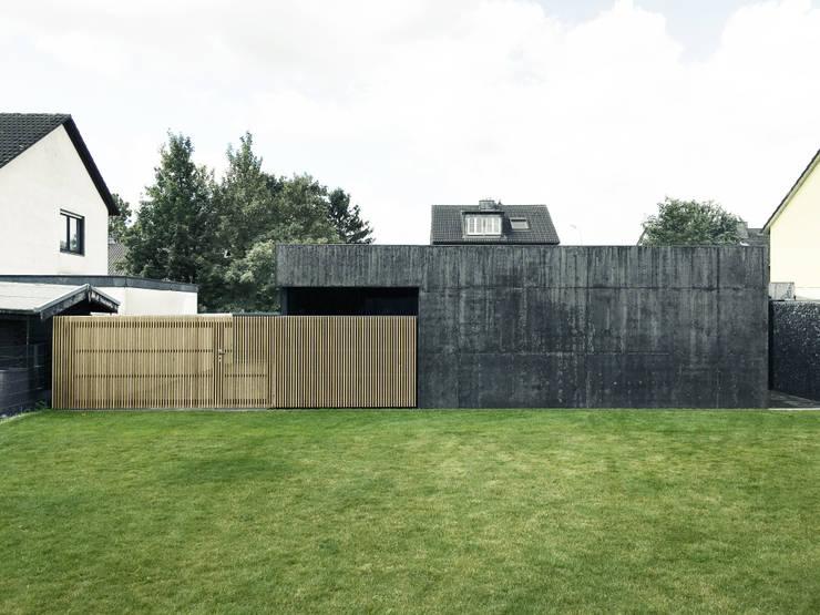 Rückseite mit Holztor:  Garage & Schuppen von ZHAC / Zweering Helmus Architektur+Consulting