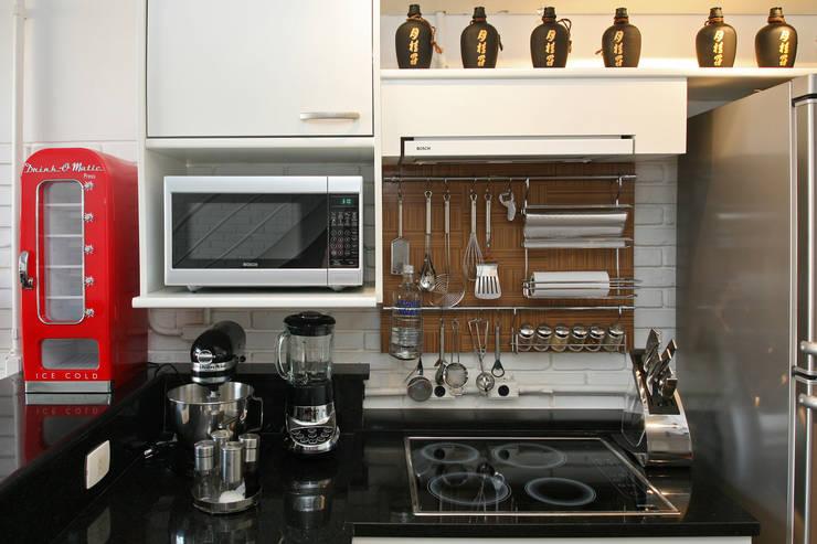 Detalhes da cozinha: Cozinhas  por Célia Orlandi por Ato em Arte