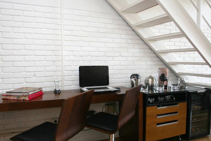 Office em baixo da escada: Escritórios  por Célia Orlandi por Ato em Arte