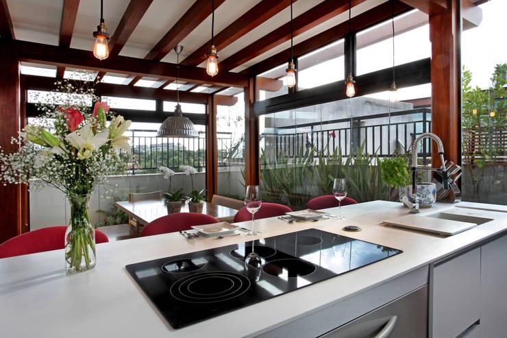 Cozinha gourmet no terraço: Cozinhas modernas por Célia Orlandi por Ato em Arte