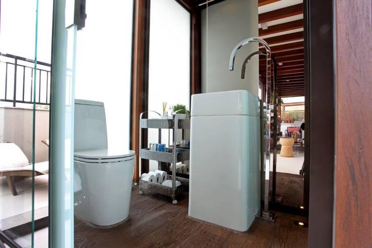 Lavabo no terraço: Banheiros modernos por Célia Orlandi por Ato em Arte