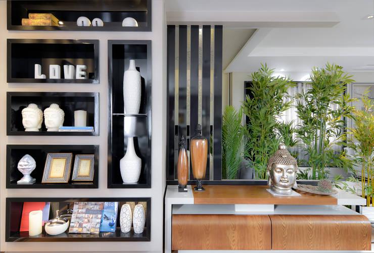 Rack e Estante: Sala de estar  por Sgabello Interiores