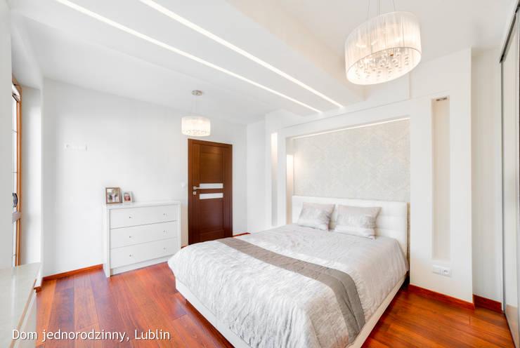 Dormitorios de estilo moderno por Auraprojekt