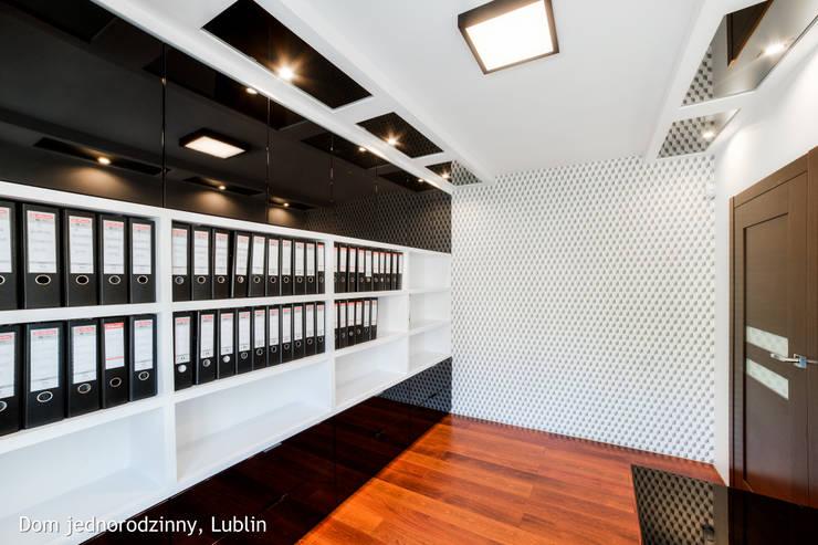Estudios y oficinas de estilo moderno por Auraprojekt