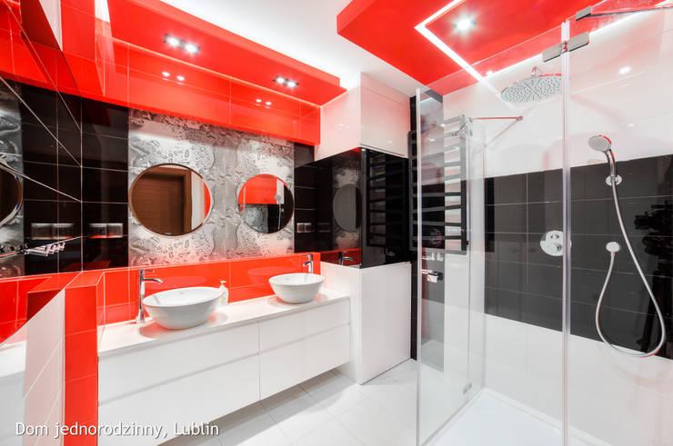 Baños de estilo moderno por Auraprojekt
