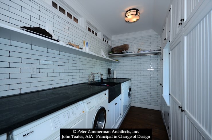 Laundry Room:  Kitchen by John Toates Architecture and Design