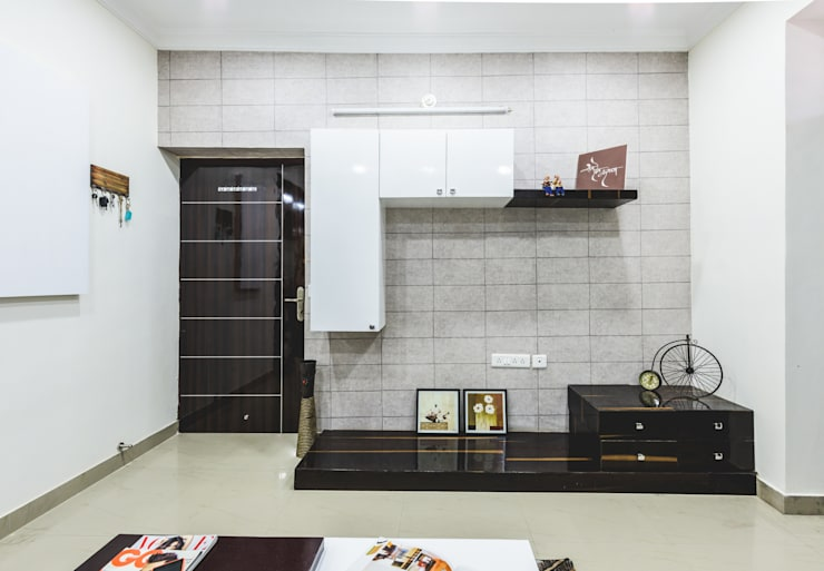 Interiors of Apartment at Parsvnath City Jodhpur:  Living room by HGCG Architects