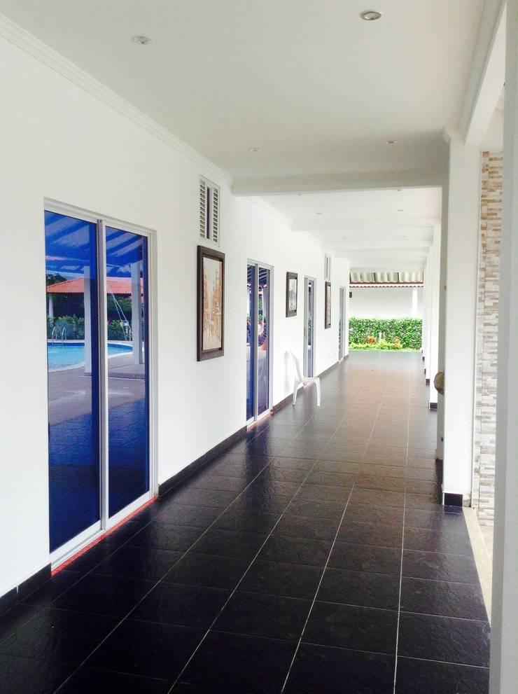 Casa Campestre - corredores alcobas: Pasillos y vestíbulos de estilo  por ARQUITECTOnico, Tropical