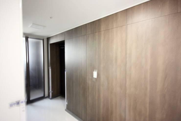 [홈라떼] 라이트 그레이로 톤업한 33평 위례 새아파트 홈스타일링: homelatte의  거실