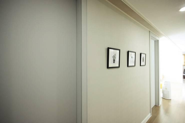 [홈라떼] 라이트 그레이로 톤업한 33평 위례 새아파트 홈스타일링: homelatte의  복도 & 현관