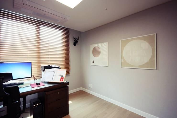 [홈라떼] 라이트 그레이로 톤업한 33평 위례 새아파트 홈스타일링: homelatte의  서재 & 사무실